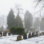 Grafstenen op de besneeuwde graafplaats van Brummen