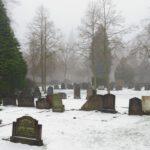 Besneeuwde grafstenen op de begraafplaats van Brummen