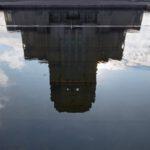 De weerspiegeling van het gebouw Radio Koorwijk in de vijver voo