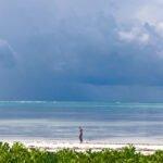 Alleen op het strand van Zanzibar