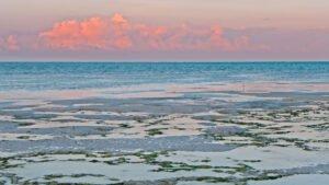 Zonsondergang op het strand van Zanzibar