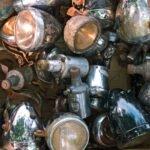 Fietslampen op een kofferbakmarkt langs het kanaal in Apeldoorn