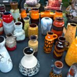 Duitse vazen op de kofferbakmarkt langs het kanaal in Apeldoorn
