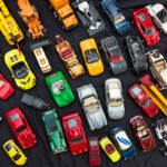 Speelgoed autootjes op de kofferbakmarkt langs het Kanaal in Ape