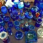 Blauw glaswerk op de kofferbakmarkt langs het Kanaal in Apeldoor