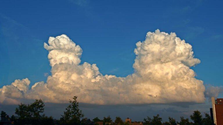 Stapelwolken in de avondzon