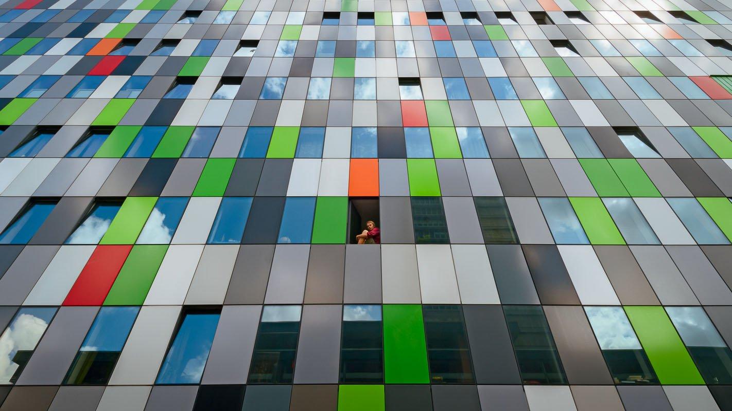 Student in het raam van zijn kamer op Casa confetti.