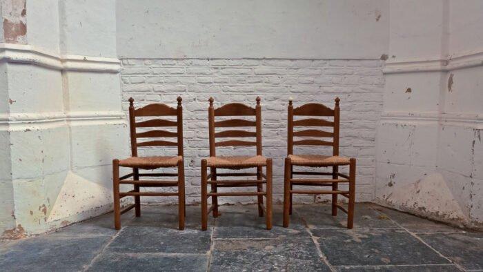 3 stoelen in de hal van de Lebuinus kerk