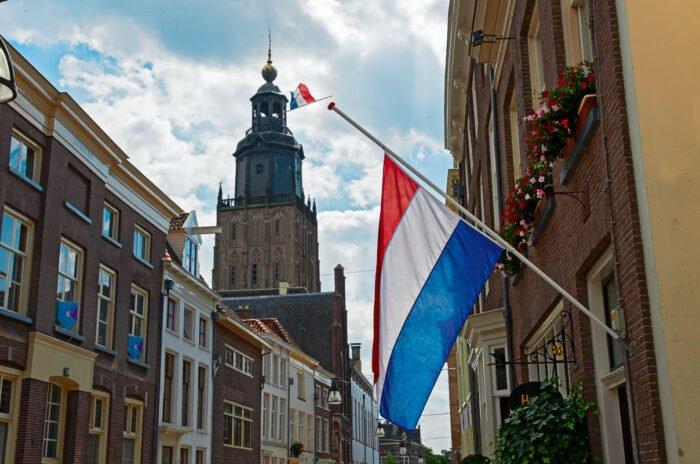 De vlag halfstok in Zutphen bij de begrafenis van prins Friso