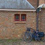 Fietsen voor de St. Janskerk in Zutphen