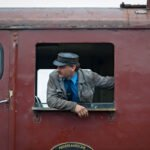 De machinist op een oude diesel trein tijdens het stoomtreinenfestival