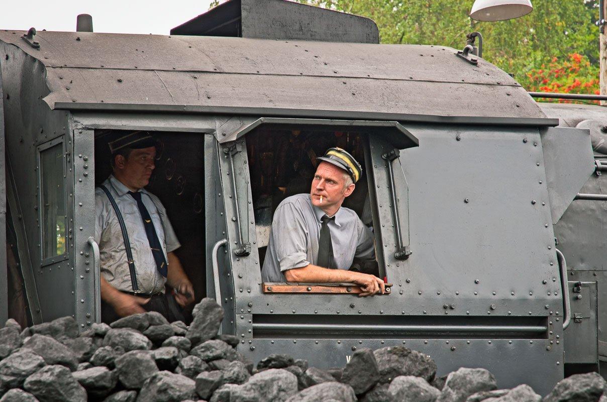 Een rokende machinist op een trein tijdens het stoomtreinenfestival