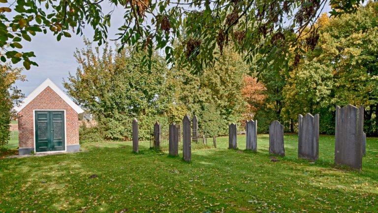 Grafstenen en metaheerhuisje op de Joodse begraafplaats in Bronkhorst