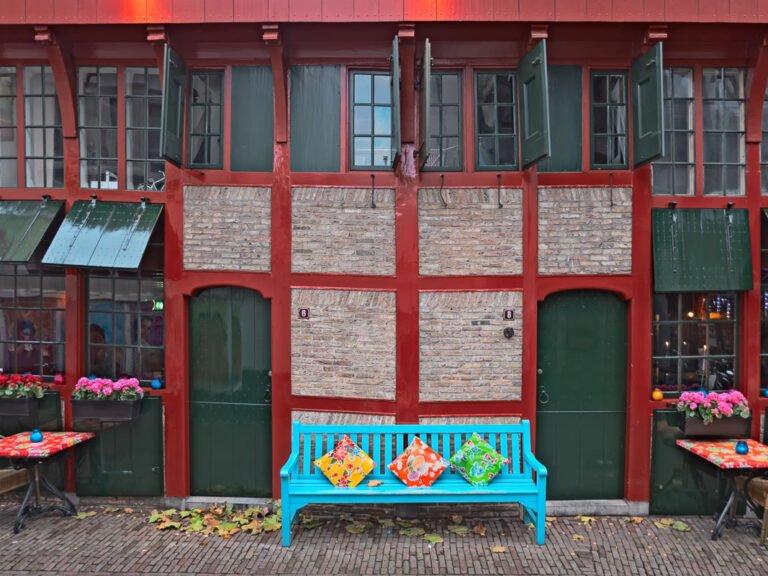 Vrolijk gekleurd bankje voor oud huis in Amersfoort