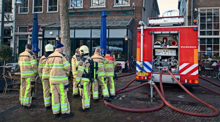 Brandweer mannen rusten uit na de brand