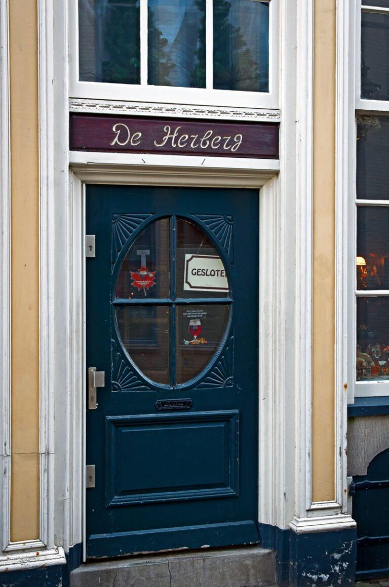 De deur van de Herberg is gesloten