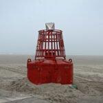 Afgedankte boei op het strand van Terschelling