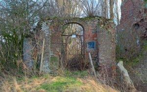 De gesloten toegangspoort tot de ruine van kasteel nijenbeek in