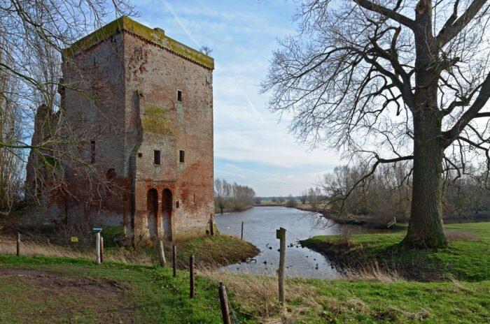 Ruine langs de rivier: kasteel Nijenbeek bij Voorst