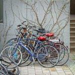 Stelletje fietsen tegen een muur op de Uithof.