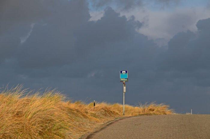 Bushalte paal8 op de blanke top van het duin op Terschelling