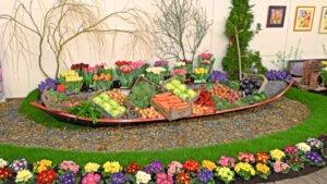 Een boot met tulpen en groenten op de flora in Bovenkarspel.