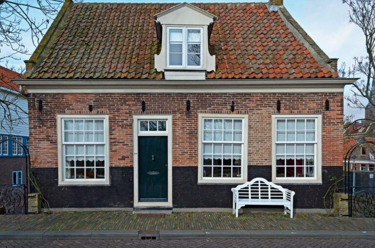 Oude huisje aan de Dijk in Enkhuizen