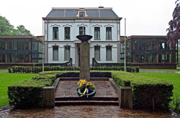 Herdenking van de tweede wereldoorlog bij het gemeentehuis van B
