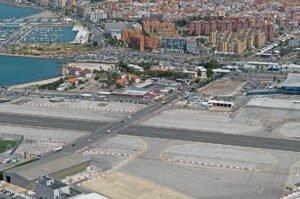 De kruising tussen het vliegveld van Gibraltar en de grensweg met Spanje