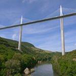 De brug van Millau gaat over het riviertje de Tarn