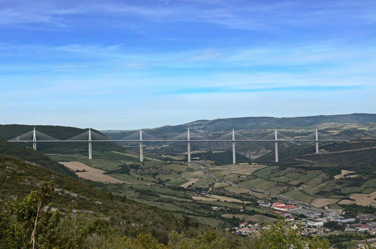 Uitzicht op de brug van Millau
