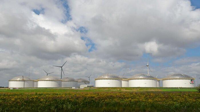 Opslagtanks aan de Eemshaven van Vopak