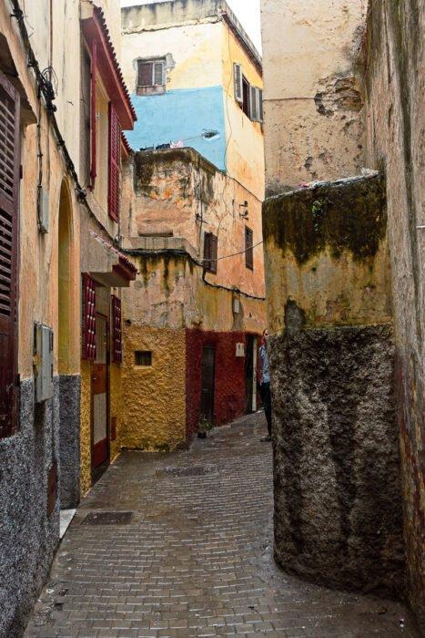 De kleurrijke steegjes van Tanger in de regen