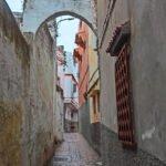Steegje in Tanger in de regen.
