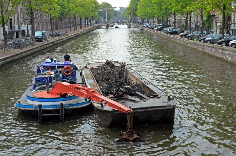 Fietsenvissers in de grachten van Amsterdam