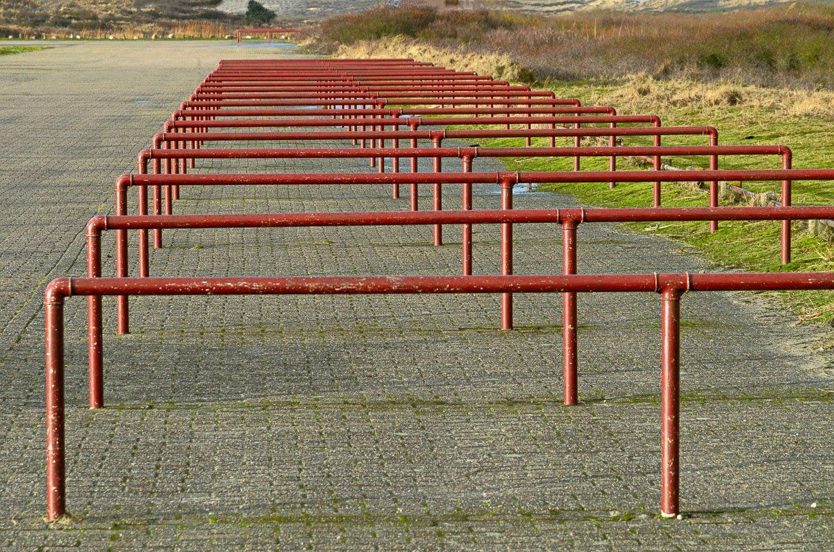 Afwezigheid - geen fietsen op deze verlaten fietsenstalling op Terschelling
