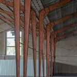 De spanten staan in een lege loods in de voormalige zwitsal fabrieken aan de Vlijtseweg in Apeldoorn