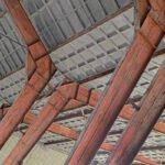Diagonaal gefotografeerde spanten van een loods in de voormalige zwitsal fabrieken aan de Vlijtseweg in Apeldoorn