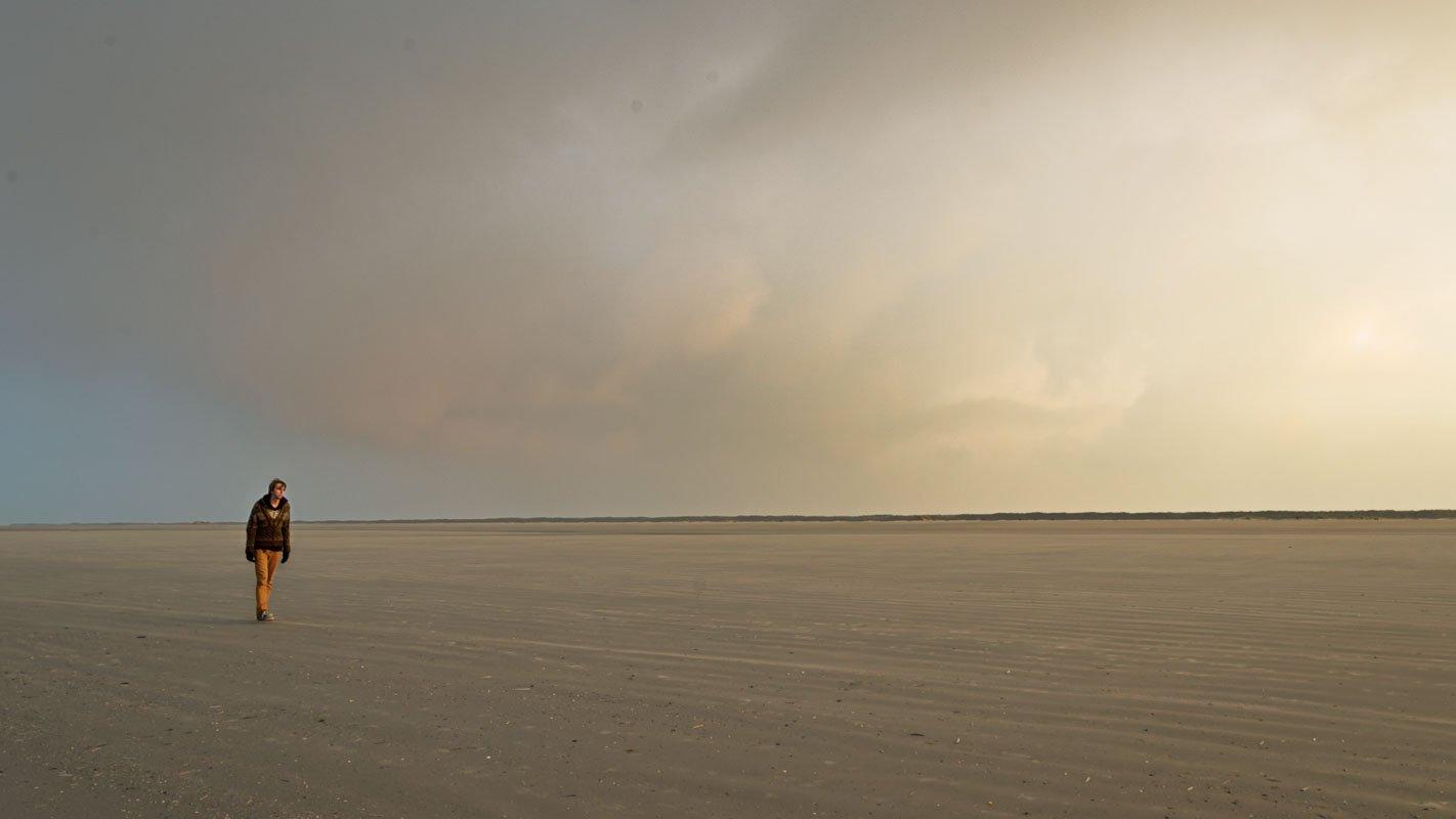 Wandelen op het lege strand van Schiermonnikoog