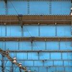 Een stalen balken plafond in loods