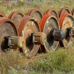 Oude wielen van treinstellen op een rij