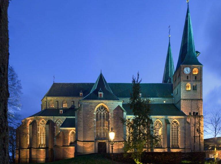 Deventer in de schemering - de bergkerk staat in de schijnwerpers