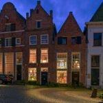 Deventer in de schemering - een straatje bij de Bergkerk