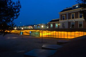 Het station Apeldoorn in de schemering