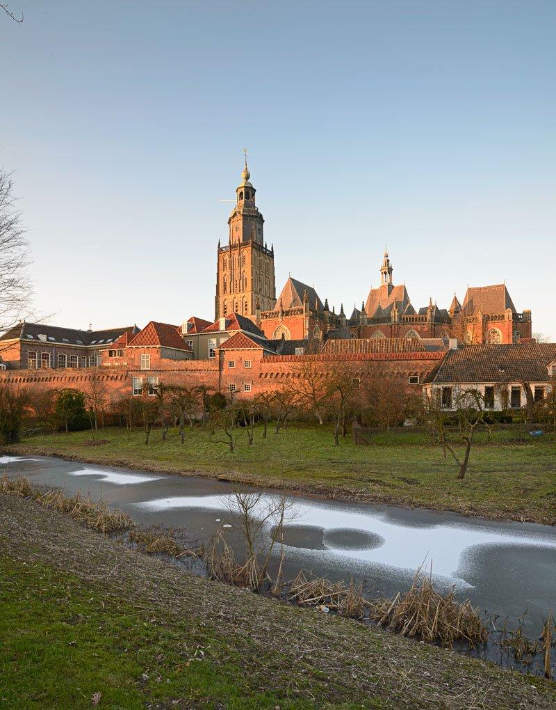 De torens van Zutphen: de walburgiskerk in het avondlicht op een winterse februari dag