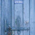 Voor gesloten deuren: blauwe deur is op slot en ook buiten gebruik