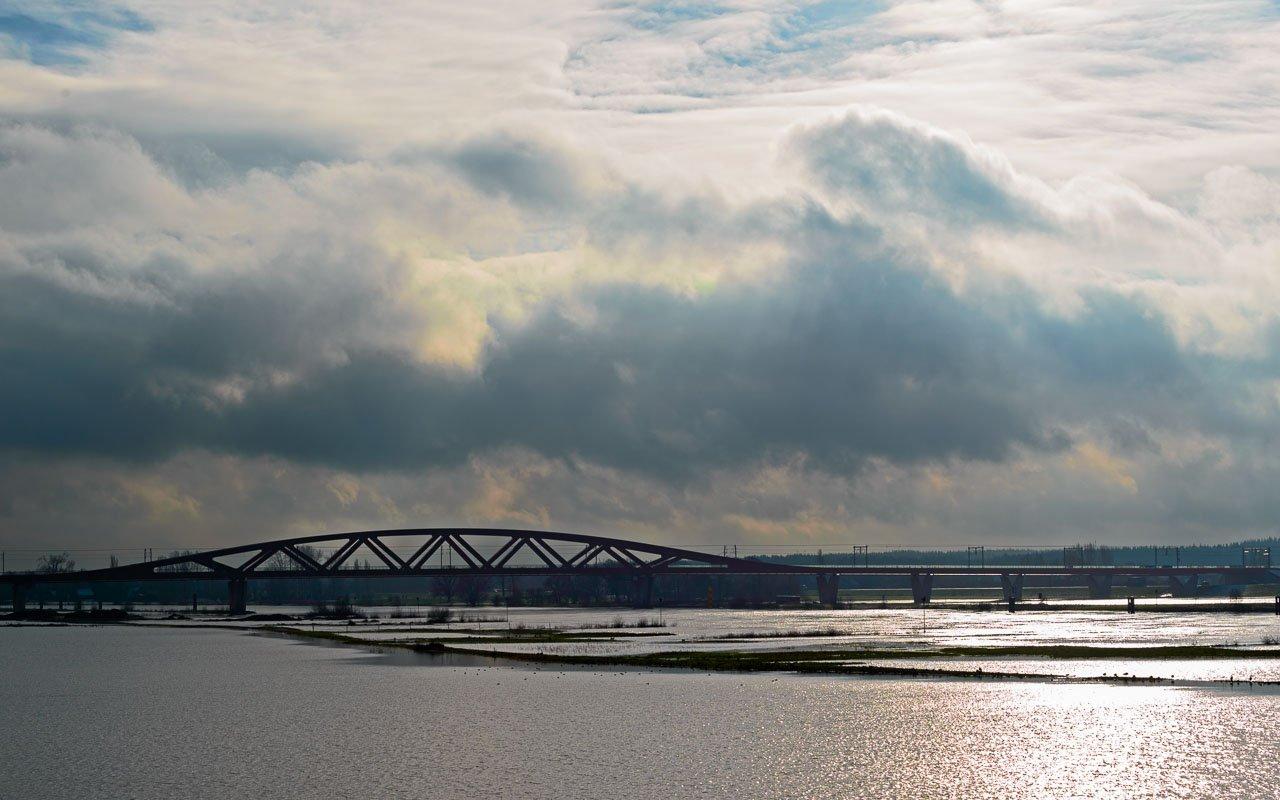 De Hanzeboog is de spoorbrug bij Zwolle