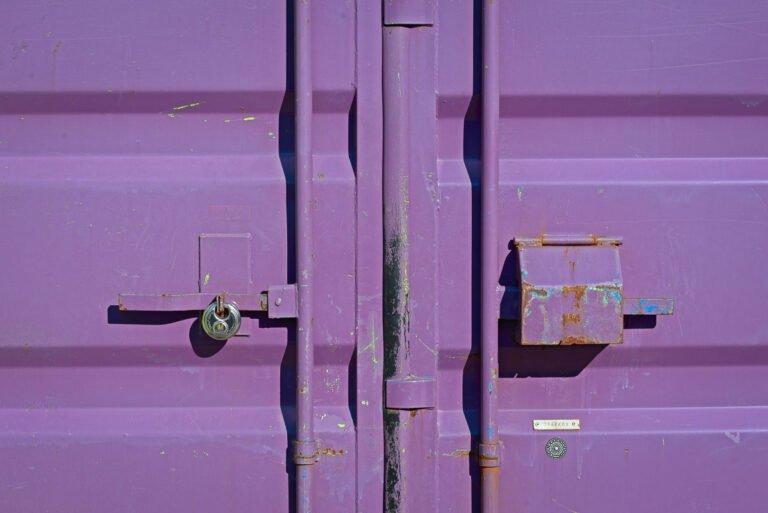 Voor gesloten deuren: de deuren van een container op een bouwplaats