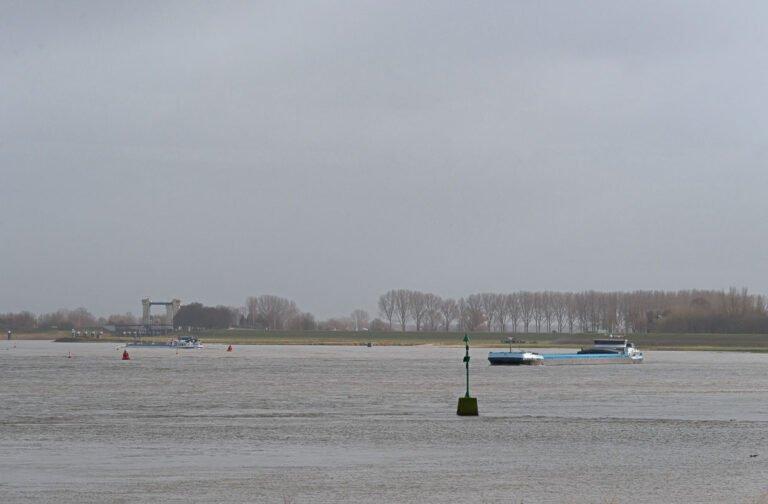 Binnenvaartschepen op de Waal bij Rossum