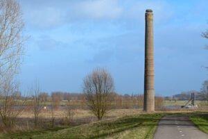 Schoorsteen van steenfabriek de Lagewaard langs de Waal